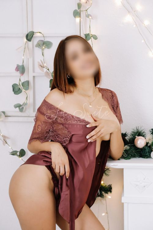 High-class Latina escort in Barcelona in a pink outfit, Melanie